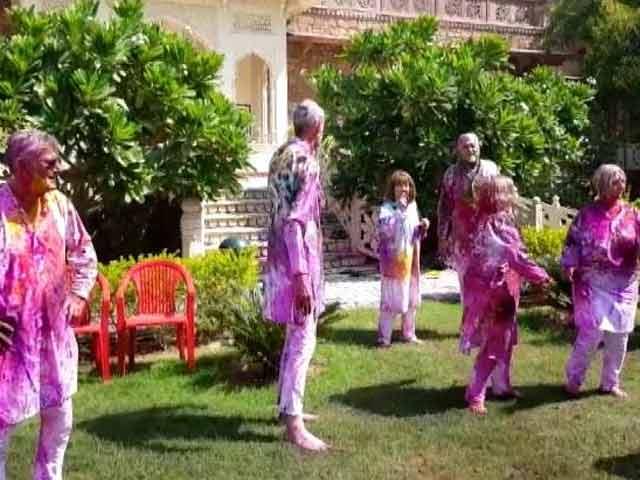 Videos : जयपुर में होली खेलते विदेशी