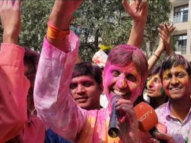 Video : व्यंग्य के रंग में कुमार विश्वास