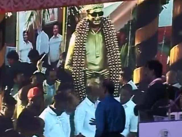 Video : Politician Rajinikanth Inaugurates MGR Statue