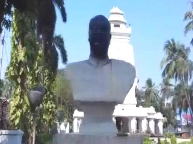 Video : अब कोलकाता में श्यामा प्रसाद मुखर्जी की मूर्ति पर कालीख पोती गई