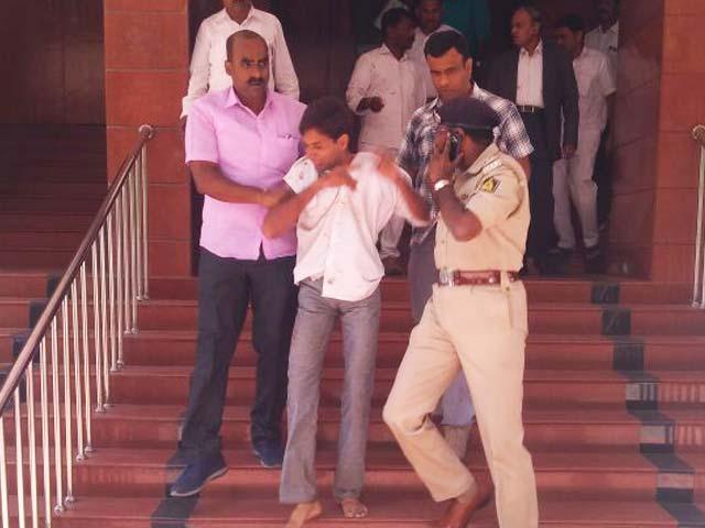 Video : कर्नाटक में शिकायतकर्ता ने लोकायुक्त पर चाकू से हमला किया