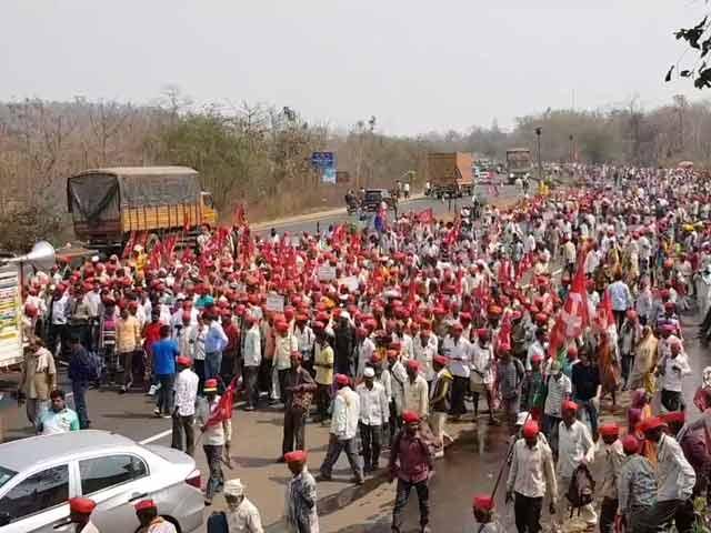 Videos : अपनी मांगों को लेकर लॉन्ग मार्च में जुड़ते जा रहें हैं किसान