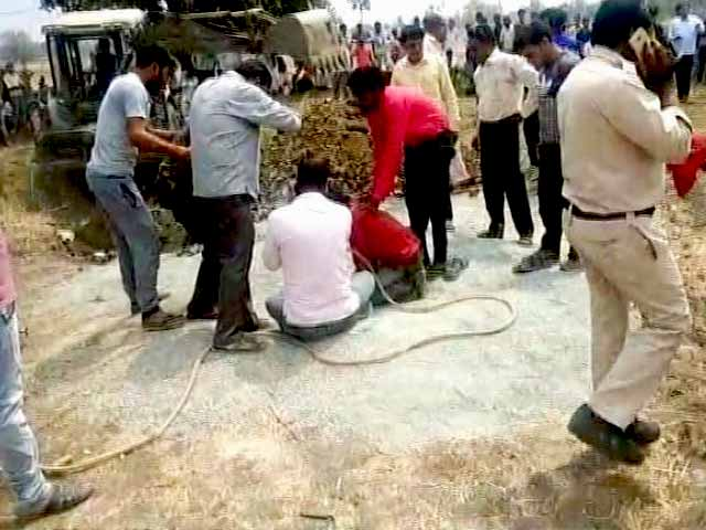 Video : मध्य प्रदेश : 40 फिट गहरे बोरवेल में गिरा बच्चा