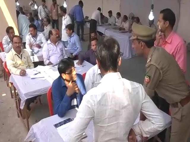 Videos : यूपी उपचुनाव में बड़ी टक्कर, सपा-बीजेपी में आगे निकलने की होड़