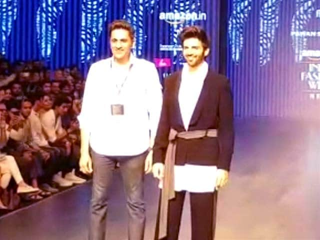Video : Kartik Aaryan Closes Menswear Show At Amazon Fashion Week