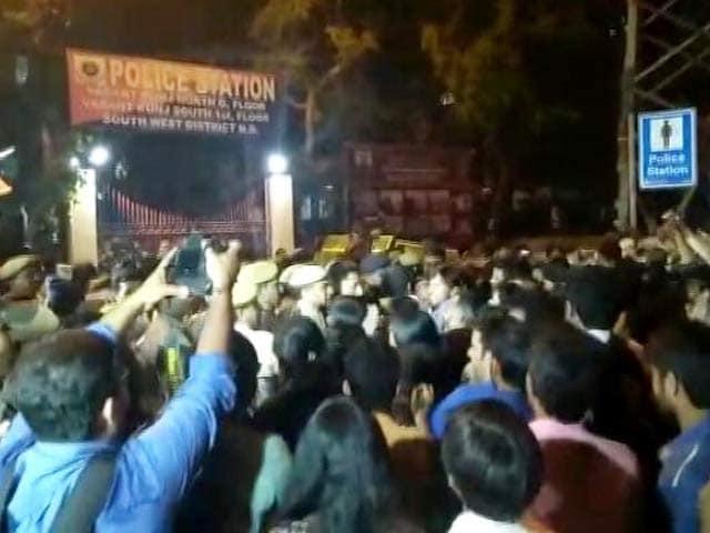 Videos : छेड़खानी मामला: वसंतकुंज थाने में जेएनयू के छात्रों से धक्का-मुक्की!