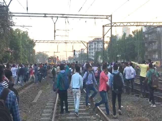 Videos : मुंबई की लाइफलाइन ठप, नौकरी की मांग पर छात्रों का आंदोलन