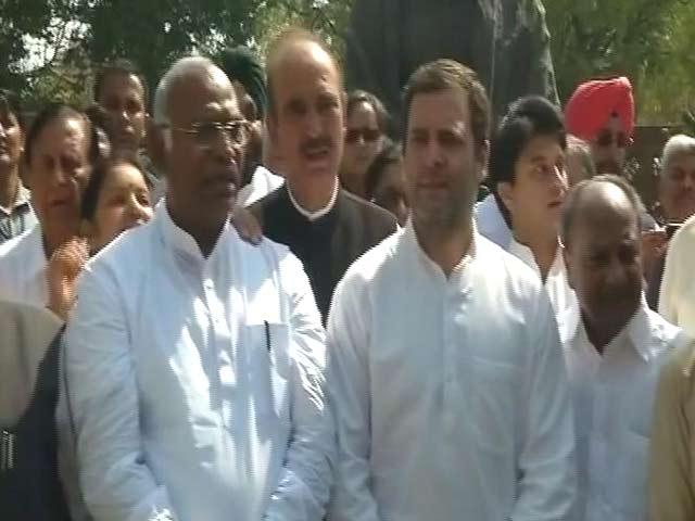 Videos : SC-ST एक्ट में बदलाव पर बवाल, संसद परिसर में कांग्रेस का प्रदर्शन