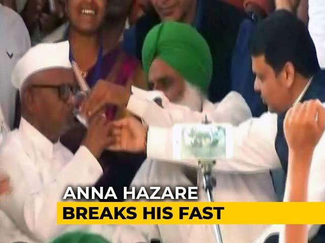 Video : Anna Hazare Breaks Fast Over Lokpal After Devendra Fadnavis Meets Him