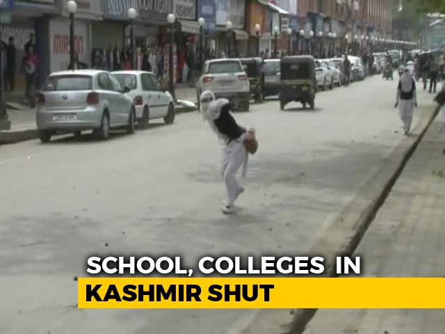 Video : College Students Throw Stones, Clash With Police In Srinagar