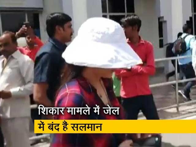Videos : जेल में बंद सलमान से मिलने पहुंचीं प्रीति जिंटा