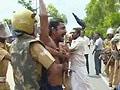 Video : कैमरे में कैद : पुलिस की बर्बर पिटाई, प्रदर्शनकारी बेहोश
