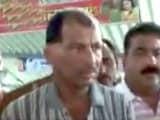 Videos : महाराष्ट्र : टिकट चेकर ने महिला को चलती ट्रेन से धकेला
