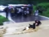 Video : पानी में बाइक समेत बहा युवक