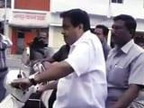 Videos : नितिन गडकरी स्कूटर पर बगैर हेलमेट पहने आरएसएस के मुख्यालय पहुंचे