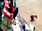 Video : गुजरात तट के पास डूबा यमन का जहाज, 17 नाविक बचाए गए