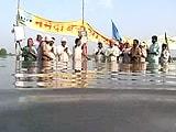 Video : मध्य प्रदेश : रोज 14-15 घंटे जल में बैठकर सत्याग्रह कर रहे हैं लोग