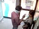 Video : कैमरे में कैद : हैदराबाद में एटीएम के अंदर महिला से लूट
