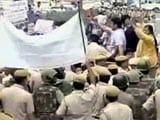Videos : दिल्ली में लड़की की चाकू मारकर हत्या के विरोध में 'आप' का पुलिस मुख्यालय के बाहर प्रदर्शन