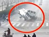 Videos : कैमरे में कैद : जब सड़क पर चलते-चलते अचानक उछलकर पलट गईं गाड़ियां...