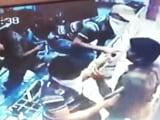 Video : कैमरे में कैद : दिनदहाड़े पिस्तौल की नोक पर गहनों की दुकान में लूट