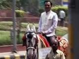 Videos : ऑड ईवन के दौरान संसद पहुंचने के लिए सांसदों ने अपनाए ये अनोखे तरीके