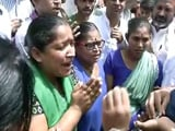 Video : दिल्ली : अस्पताल के सफाई कर्मचारियों ने सीएम केजरीवाल का किया घेराव