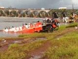 Video : महाड़ में ब्रिटिशकालीन पुल ढहने से बही बस 175 मीटर दूर मिली