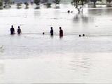 Videos : यूपी : बाढ़ से नदी में तब्दील हुए हाइवे