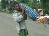 Video : ओडिशा : पत्नी का शव कंधे पर रख पैदल चलने को मजबूर हुआ शख्स