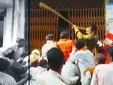 Videos : फतेहपुर में लाइन में लगे लोगों पर पुलिस ने जमकर चलाईं लाठियां