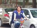 Video : बीजेपी की साइना एनसी साइकिल पर मतदान करने पहुंचीं