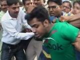 Video: बड़ी खबर : भूख हड़ताल पर बैठे कपिल मिश्रा पर हमला