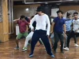 Video : Tiger Shroff Copies Michael Jackson Step By Step