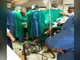 Video : ऑपरेशन टेबल पर पड़ी गर्भवती की सर्जरी के दौरान आपस में लड़ने लगे डॉक्टर, बच्चे की मौत