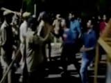 Video: BHU में प्रदर्शनकारी छात्र-छात्राओं पर आधी रात को पुलिस ने बरसाईं लाठियां