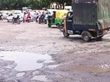 Video : बेंगलुरु की सड़कों पर गड्ढों ने बढ़ाई परेशानी