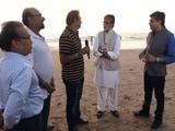 Video: बनेगा स्वच्छ इंडिया: जुहू बीच पर टलहने वालों ने उठाया सफाई का बीड़ा