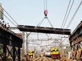 Video : मुंबई रेलवे पुल हादसा: पुल गुल, लोग पटरी पर