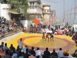 Video : महिलाओं का दंगल, वाराणसी के घाट पर हुई कुश्ती