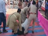 Video : पुलिसकर्मियों ने शहीद की बेटी को सीएम रूपाणी से मिलने से रोका