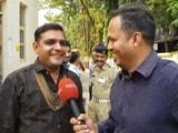 Videos : सूरत में वोट डालने पहुंचे दूल्हे राजा