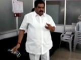 Video : कांग्रेस के पूर्व ब्लॉक प्रमुख ने नगर निगम दफ्तर में छिड़का पेट्रोल, दी जलाने की धमकी